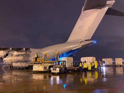 El avión Airbus A400M del Ejército del Aire cargando material contra el coronavirus en el aeropuerto de Shanghài.