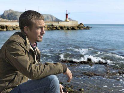 El escritor Olivier Bourdeaut, en Altea (Alicante), en la playa junto a la casa donde reside.