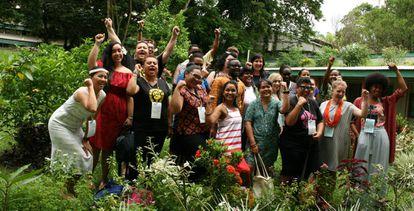 Un grupo de participantes en el debate sobre movimientos feministas en la Semana Internacional de la Sociedad Civil en Fiyi.