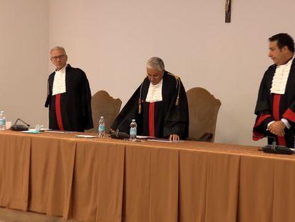 Captura de vídeo del momento en el que el tribunal vaticano absuelve a dos sacerdotes por presuntos abusos en un preseminario, este miércoles.