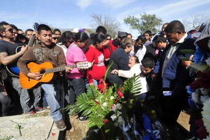 Familiares de Javier Flores, músico del grupo Kombo Kolombia, durante su funeral en el cementerio de San Jorge, Monterrey.