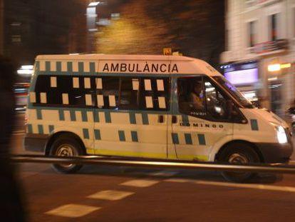 Una ambulancia circula por una calle de Barcelona.