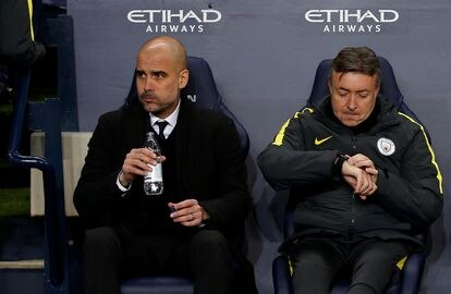 Guardiola y Torrent en el banquillo del Manchester City.