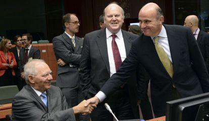 El ministro de Finanzas de Alemania, Wolgang Schäuble, saluda a Luis de Guindos.