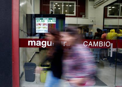 Pizarra de cotización del peso frente al dólar en una casa de cambios en el centro de Buenos Aires.