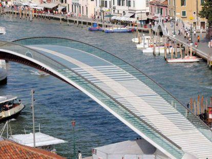 Vista del puente de la Constitución diseñado por Santiago Calatrava en Venecia.