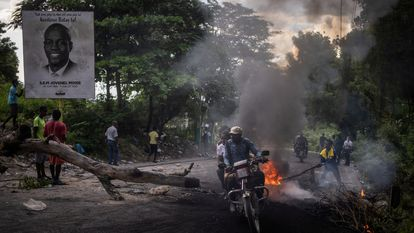 Un incendio en una barricada como parte de las protestas en Puerto Príncipe, Haití, este jueves 21 de octubre.