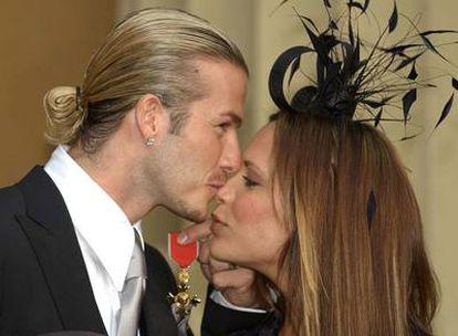 David y Victoria Beckham, cuando el futbolista fue condecorado por la reina Isabel.