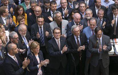 Artur Mas, rodeado de regidores, el pasado día 4, en un acto de apoyo al 9-N en el Palau de la Generalitat.