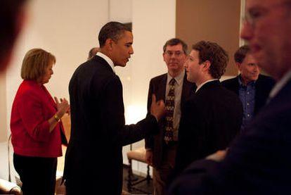 Barack Obama charla con el fundador de Facebook, Mark Zuckerberg, antes de iniciarse la cena con una docena de directivos de empresas tecnológicas en San Francisco.