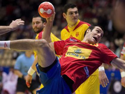 El pivote Gedeón Guardiola en acción durante el partido entre España y Macedonia