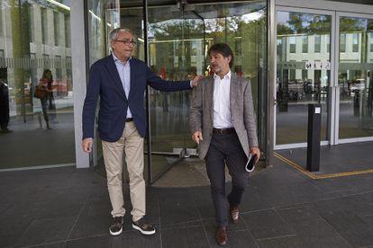 El abogado Javier Melero (izquierda) y Oriol Pujol, a su salida de la Ciudad de la Justicia de Barcelona en 2017.