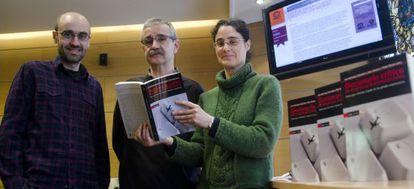 Los autores de la obra posan, esta mañana, con un ejemplar del diccionario.