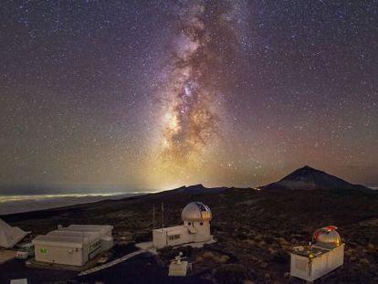 Vista del Observatorio del Teide, con el volcán y la Vía Láctea al fondo.