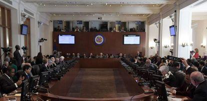 El Embajador de México ante la OEA, Luis de Alba (Dcha.), pide la palabra durante la sesión extraordinaria sobre la situación en Venezuela.