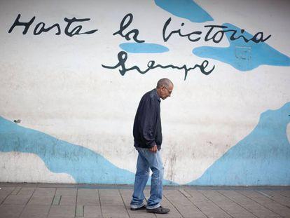 Un hombre camina por el centro de Caracas, en Venezuela.