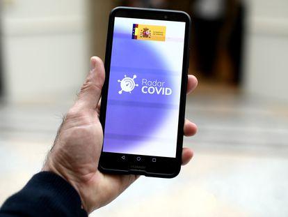 Una persona utiliza desde su teléfono móvil la aplicación Radar Covid, en Madrid durante el mes de octubre.