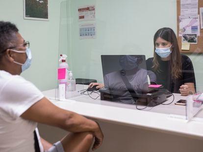 Una orientadora laboral de Càritas atiende a Pepe que busca de trabajo