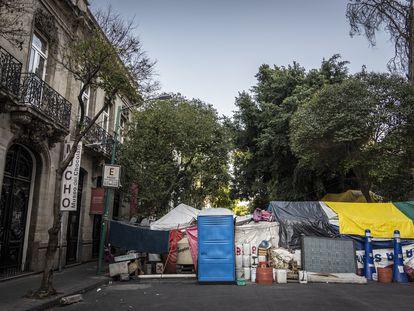 Campamento sobre la calle Milán, en la Ciudad de México.