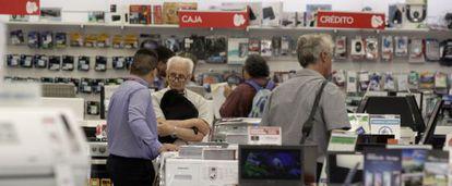 Consumidores en una tienda de electrodomésticos en Buenos Aires.