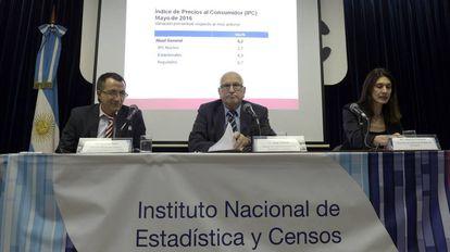 El director del INDEC, Jorge Todesca (centro), difunde el primer IPC oficial en 6 meses