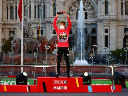Roglic, en el podio de Cibeles.