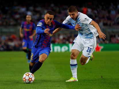 Dest intenta desbordar a Mykolenko, este miércoles en el Camp Nou.