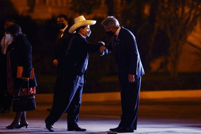 El presidente electo, Pedro Castillo, saluda al actual, Francisco Sagasti, en un encuentro en el palacio de Gobierno, el 21 de julio.