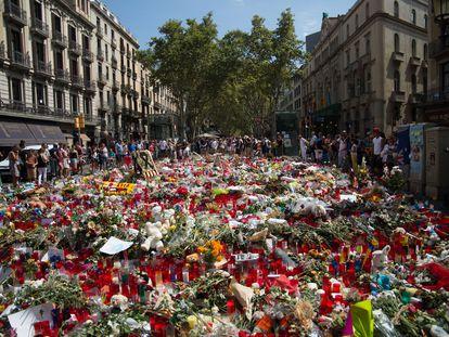 Ofrendas en recuerdo a las víctimas del atentado, en el mosaico de Miró, en las Ramblas.