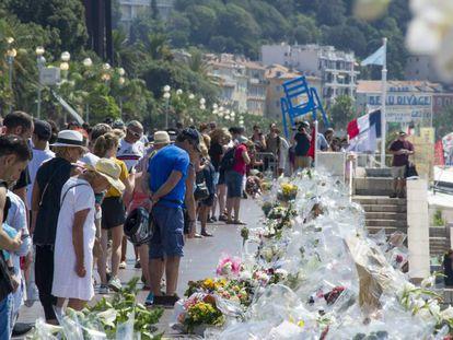 Multitud de personas ante flores y velas por las víctimas del atentado de Niza.