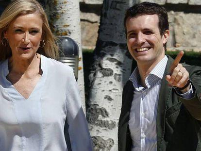 Foto de archivo tomada en 2015 de la entonces presidenta de la Comunidad de Madrid, Cristina Cifuentes, y su compañero de partido, Pablo Casado.