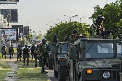 Militares en la zona Tres Río de Culiacán, tras el fallido operativo para detener a Ovidio Guzmán.