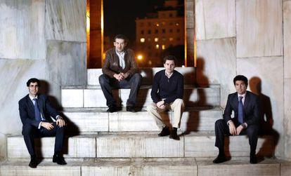 De izquierda a derecha, los ingenieros Ricardo Gómez, Ramón Ares, Pablo Cuesta y Javier Panizo. A sus 26 y 27 años, todos cobran más de 28.000 euros anuales.