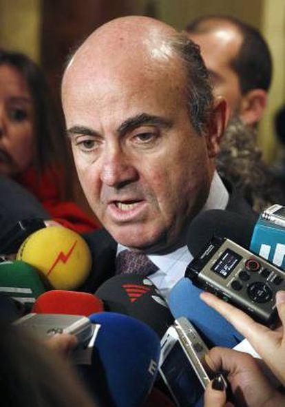 El ministro de Economía y Competitividad, Luis de Guindos, hace declaraciones a los periodistas a su llegada a un almuerzo-coloquio con inversores en el marco de la cuarta edición del Spain Investors Day (SID), en el que ha participado hoy.