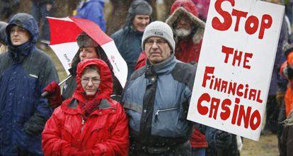 Ciudadanos islandeses protestan ante la decisión del Gobierno de hacerles pagar los depósitos de británicos y holandeses.