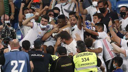 Los aficionados abrazan a Vinicius, que saltó a la grada a celebrar su gol al Celta.