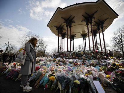 Una mujer ante el santuario en homenaje a Sarah Everard en el sur de Londres, este lunes.