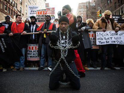 Un honbre en cadenas durante la protesta en Nueva York.