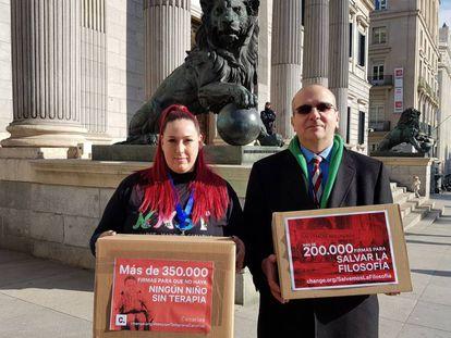 Enrique Mesa posa con sus firmas junto a la impulsora de 'Ningún niño sin terapia'.