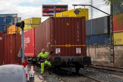 Un trabajador ferroviario, este viernes, acompañando a un tren que entra en la terminal de mercancías de Albroñigal, en Madrid.