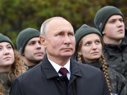 Putin junto a un grupo de jóvenes en una ceremonia en la Plaza Roja, este miércoles.