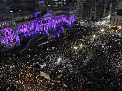 Miles de personas se concentran frente al Congreso en Buenos Aires.