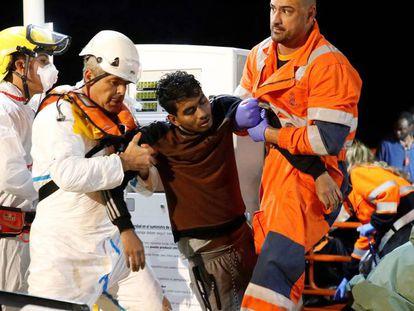 Uno de los supervivientes en atendido. En vídeo, las labores de los sanitarios con los heridos.