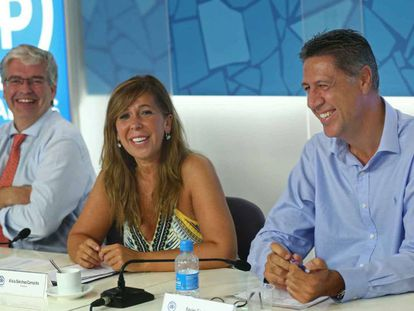 Alícia Sánchez-Camacho, entre Jordi Cornet, secretario genera, y el coordinador, Xavier García Albiol, en la última reunión de comité ejecutivo.