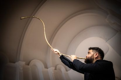 El músico Abraham Cupeiro toca un dord, antigua trompa irlandesa, en agosto.