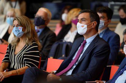 Yolanda Díaz y Pedro Sánchez en la inauguración de las jornadas Diálogos para el Futuro del Trabajo en Santander el lunes.