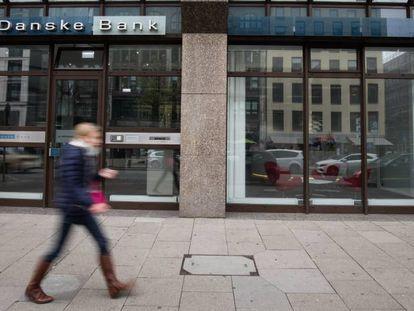 Una persona pasa por delante de la oficina del Danske Bank en Hamburgo. Christian Charisius. Getty Images