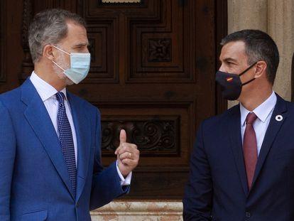 El rey Felipe VI y el presidente del Gobierno, Pedro Sánchez, este miércoles en el palacio de Marivent, en Palma de Mallorca.