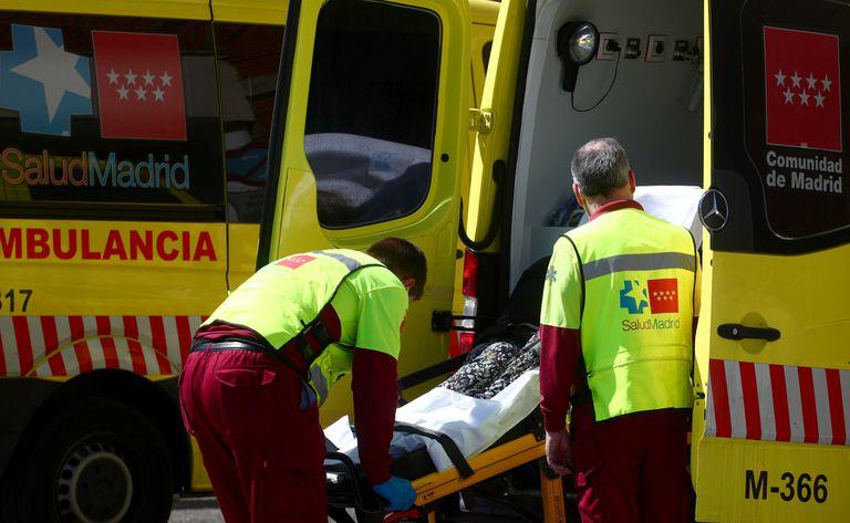 Una ambulancia traslada a un enfermo de covid-19 al hospital 12 de Octubre de Madrid.