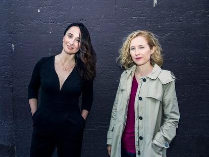 Marisa Fernández Armenteros y María del Puy Alvarado (de izquierda a derecha), productoras del documental 'El agente topo', nominado a los premios Oscar, en Alonso Martínez, en Madrid.